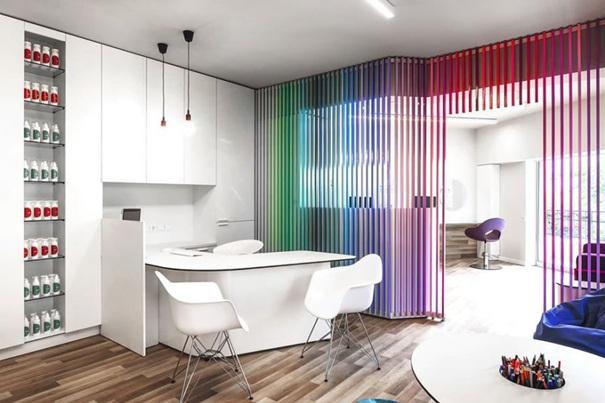 Бялата боя за стена и красивите цветове