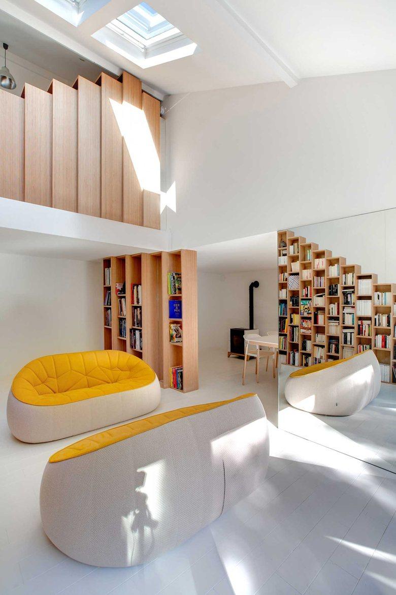 Бели интериорни бои и книгите в дома