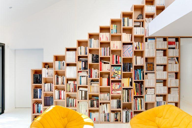 Книгите и белите интериорни бои