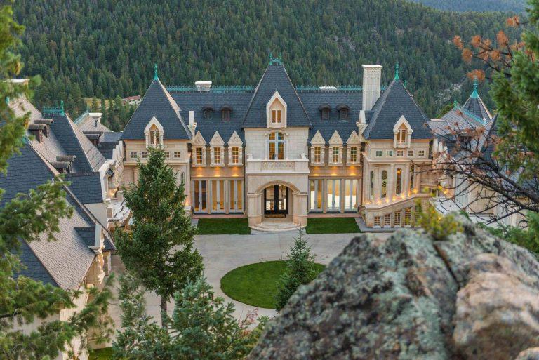 Замък в красиви интериорни бои