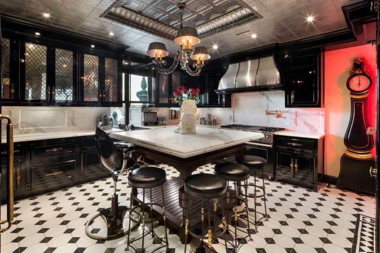 Черна боя за стена в кухнята