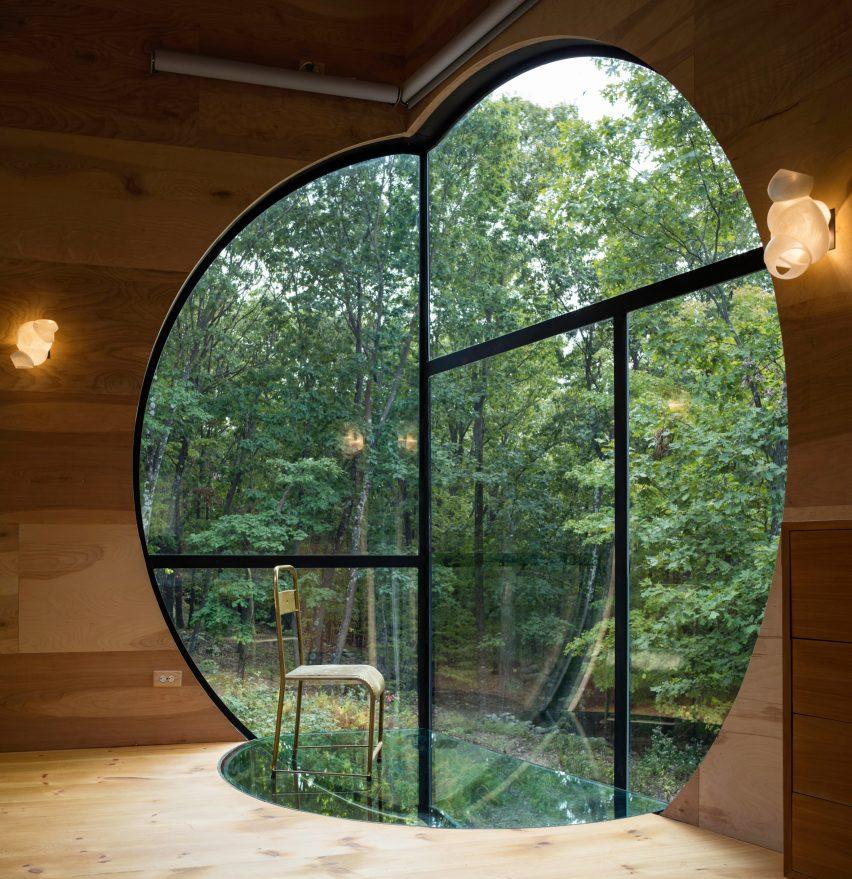 Прозорец и лак за дърво